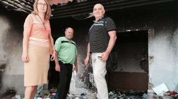 Maribel Lorite, concejal socialista, Antonio Quesada (de la AV San Vicente de Paúl) y Rafael Latorre esta mañana en la visita al edificio.