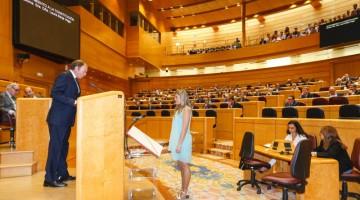 Laura Berja acata la constitución frente a Pío Escudero