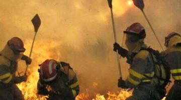 Operativos del Infoca durante las labores de extinción del incendio de Quesada