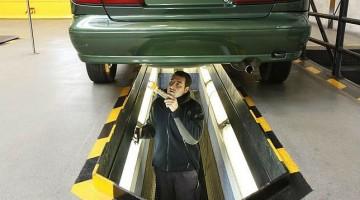 Operario revisando el vehículo. FOTO: Archivo