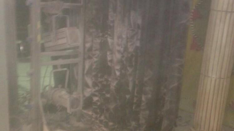 Así ha quedado parte del telón después de salir una parte ardiendo. FOTO: Onda Jaén Televisión