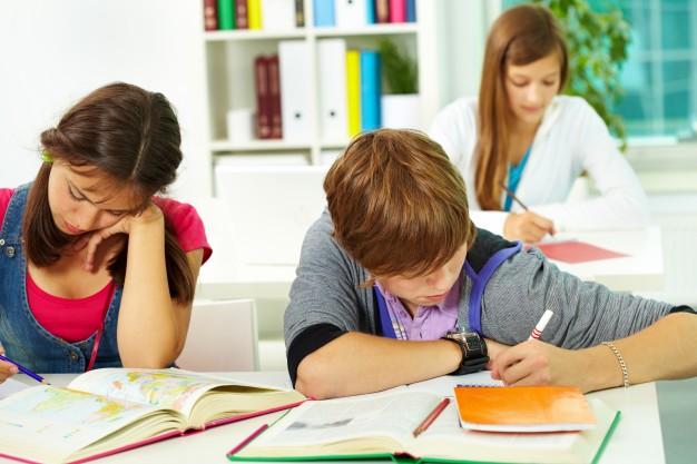 alumnos-haciendo-los-deberes-en-clase_1098-2680
