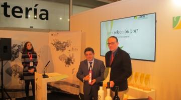 El presidente de Diputación, con aceites Bravoleum, uno de los aceites de oliva virgen extra de Jaén Selección.