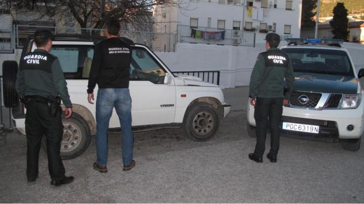 Guardia Civil junto a uno de los vehículos robados.