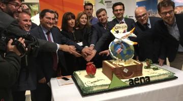 Manuel Fernández, diputado de Turismo, segundo por la derecha,  asiste al primero de los vuelos fletados por la aerolínea EasyJet a Londres.