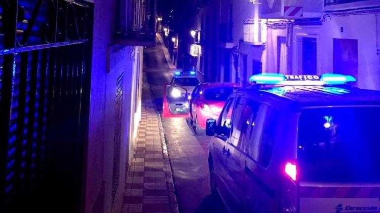 El coche interceptado por dos patrullas de la Policía Local. FOTO; POLICÍA LOCAL DE MANCHA REAL