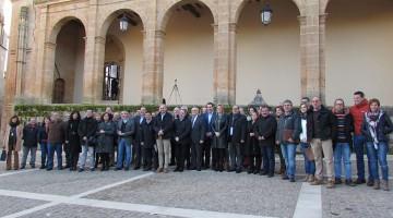 Foto de familia de los cargos y responsables institucionales presentes en la reunión.