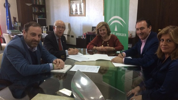 Vega-firma convenio Asociación Española Cáncer III-17