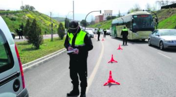 Agentes de la Policía Local de Jaén realizan un  control sobre uso del cinturón de seguridad.