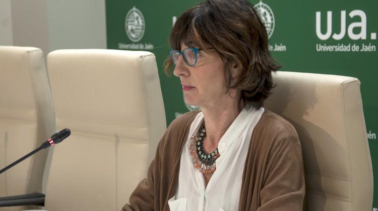 Amelia Aránega durante la presentación de estos contratos para el fomento del empleo de jóvenes investigadores, menores de 30 años.