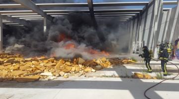 Actuación de los bomberos, tras el incendio de nuevo, de material aislante en la fábrica abandonada de Dhul. FOTO: Bomberos de Jaén