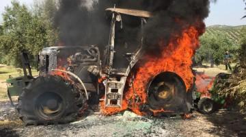 El tractor ha quedado completamente calcinado. FOTO: Bomberos de Jaén