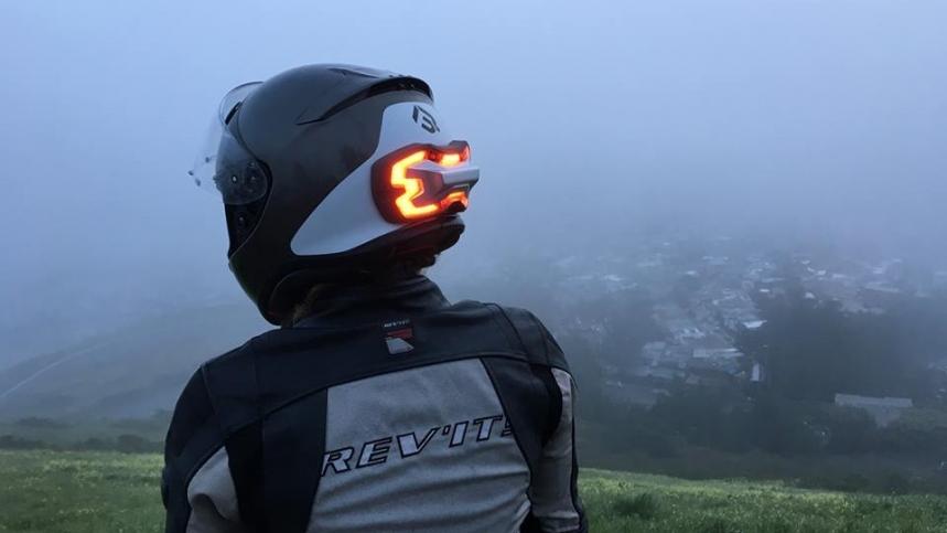 Más seguridad para los motociclistas que serán mas visibles en carretera gracias al dispositivo Brake Free que se puede acoplar a los cascos de moto, emitiendo luz cuando se frena o disminuye la velocidad de marcha.