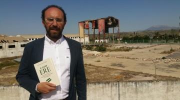 Juan Esteban Poveda  en las ruinas de lo que fue la fábrica de Molina en Jaén, donde está el origen del escándalo.