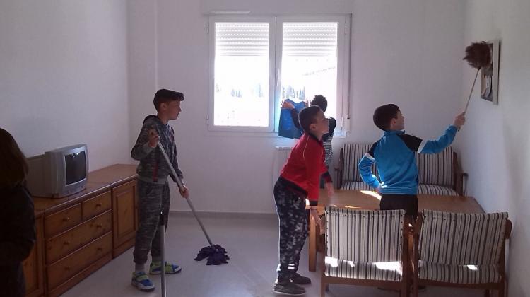 Chicos realizando las tareas de la casa en las instalaciones de la Casa de la igualdad.