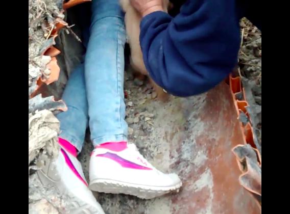 Los jóvenes rescataron a los cincos cachorros del interior de la tubería.