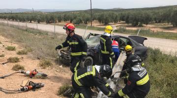 Los bomberos rescatando a la mujer que ha quedado atrapada en el coche. FOTO: Bomberos de Jaén