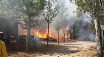 Cabañas ardiendo en Puente de las Herrerias. FOTO: INFOCA