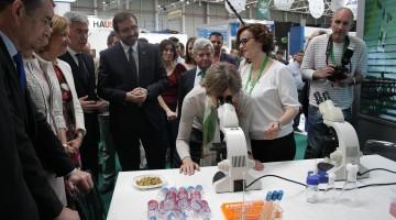 La ministra de Agricultura, Isabel García Tejerina, en el estand que tiene la Universidad de Jaén en Expoliva.