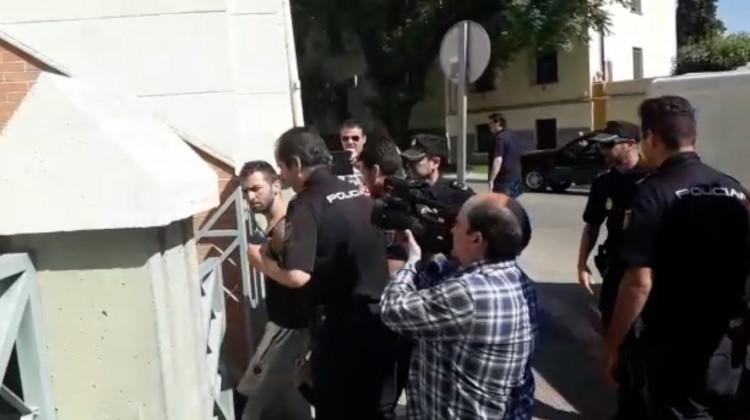 Miguel Ortega mira hacia donde se encontraba su mujer a la entrada del juzgado. FOTO: HoraJaén