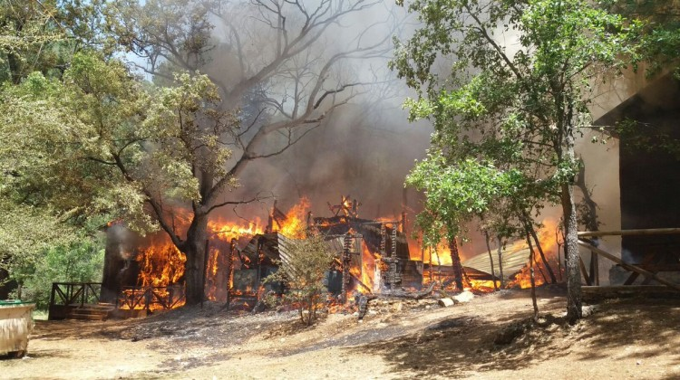 Incendio de una de las cabañas del camping. FOTO: INFOCA