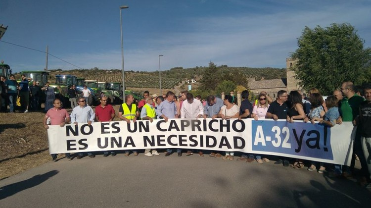 La plataforma ha recorrido la N-322 para exigir la construcción de la A-32. FOTO: PACHO OLMEDO