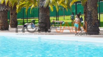 """Los primeros bañistas han """"tomado"""" ya la piscina de Las Fuentezuelas. FOTO: Iván Ballesteros"""