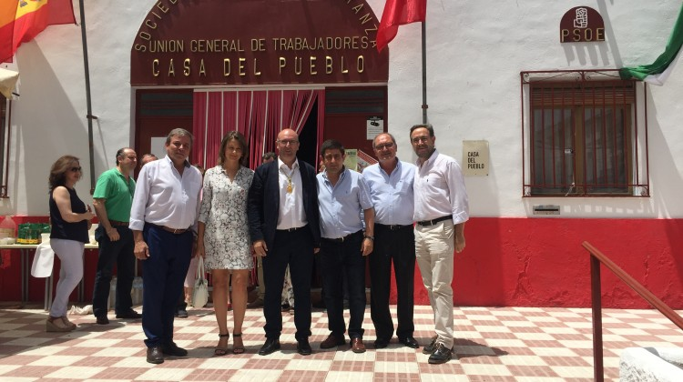 Anguita con el bastón de mando en un acto donde estuvo presente el consejo de Fomento, Felipe López (derecha) o el secretario general provincial, Francisco Reyes (a su lado)