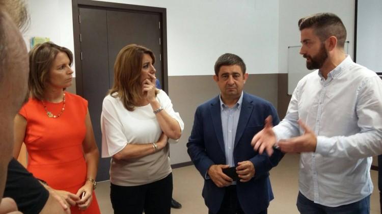 Francisco Cantero, a la derecha, secretario provincial de CCOO en Jaén, habla con la presidenta de la Junta de Andalucía, Susana Díaz.