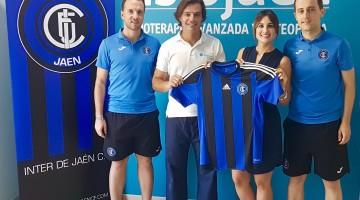 Con la camiseta del Inter de Jaén a Sonia Ruiz (Gerente de Fisiojaén) y José A. Vizcaíno (cofundador de la empresa), acompañados por José López, entrenador del equipo (derecha) y Francisco Galán, responsable de comunicación del club (izquierda).