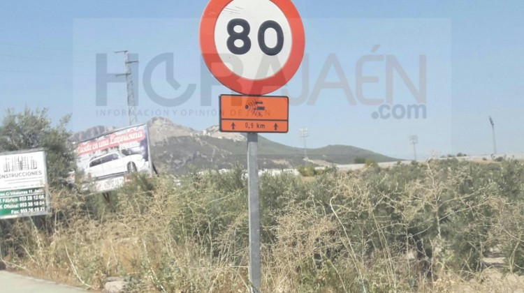 Señal situada para advertir a los conductores sobre posible la presencia de un radar móvil en Avenida de Granada.  FOTO: Iván Ballesteros