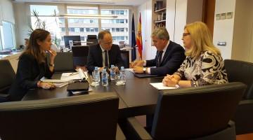 José Enrique Fernández de Moya, secretario de Estado de Hacienda con la subdelegado del Gobierno en Jaén, Francisca Molina y el presidente de Adif, Juan Bravo.