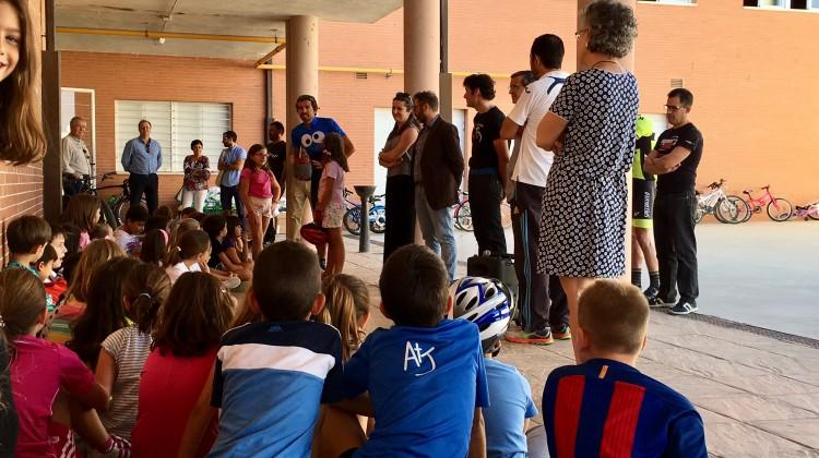 Manuel Triki Beltrán y José Luis Carrasco charlan con los más pequeños sobre el respeto a los ciclistas.