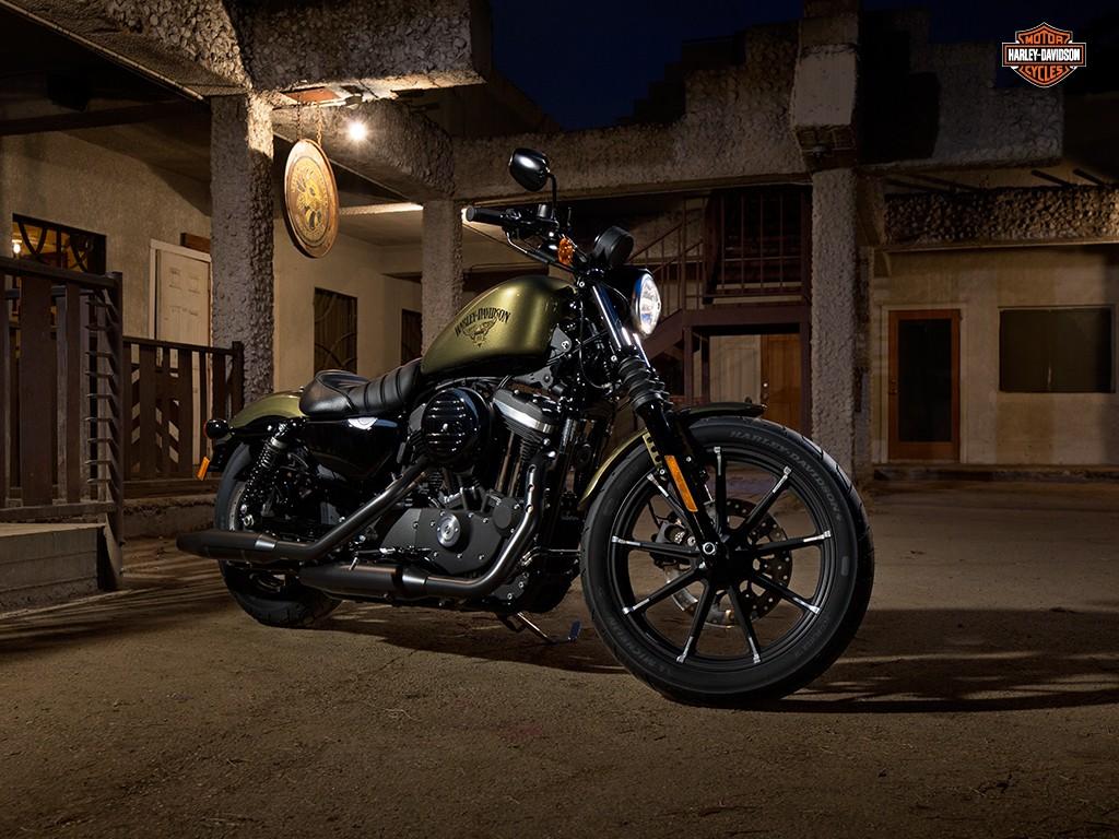 La Harley Iron 883 camina hacia las artes oscuras para recorrer las carreteras.