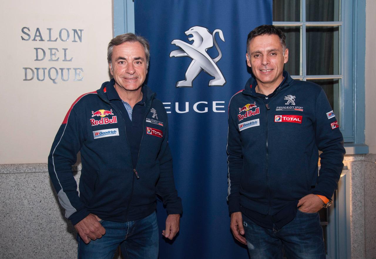 La pareja formada por Carlos Sainz y Lucas Cruz es uno de los equipos candidatos a la victoria en el Dakar 2017, subidos en el nuevo Peugeot 3008 DKR- Total.