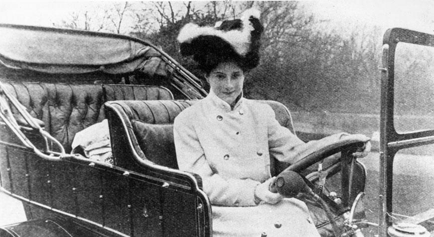 Periodista, jinete, escritora e inventora del espejo retrovisor. Levitt fue una rápida y pionera piloto de automovilismo poseedora de récord de velocidad en carreras en asfalto y tierra.