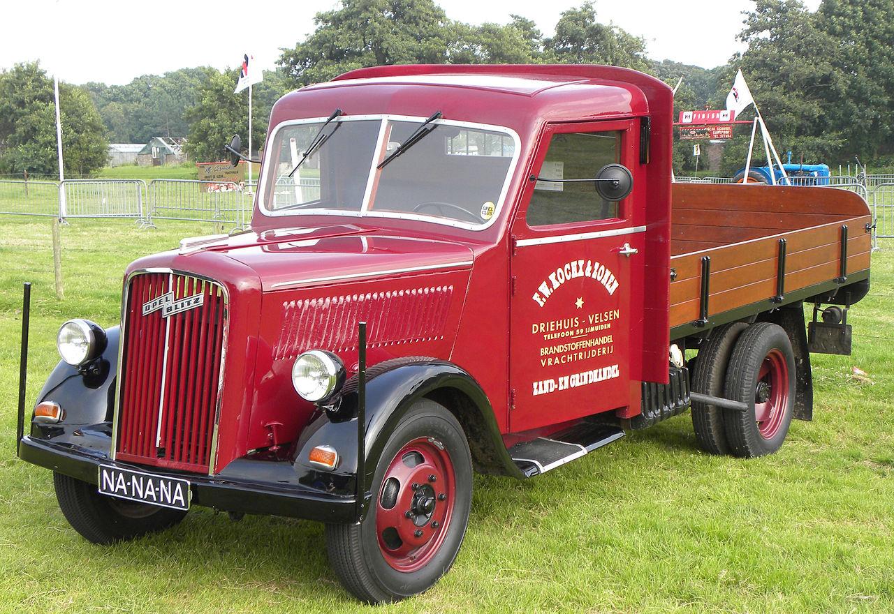 Opel, además de coches, fabrico camiones entre los que destaco el Biltz, vehiculo usado en la guerra y en la reconstrucción de Alemania.