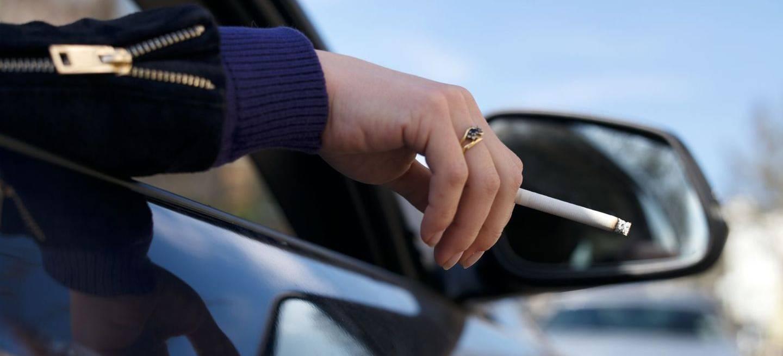 Es España, aun, fumar no es sancionable salvo que conlleve un peligro para la conducción y realmente puede serlo si se produce la distracción.