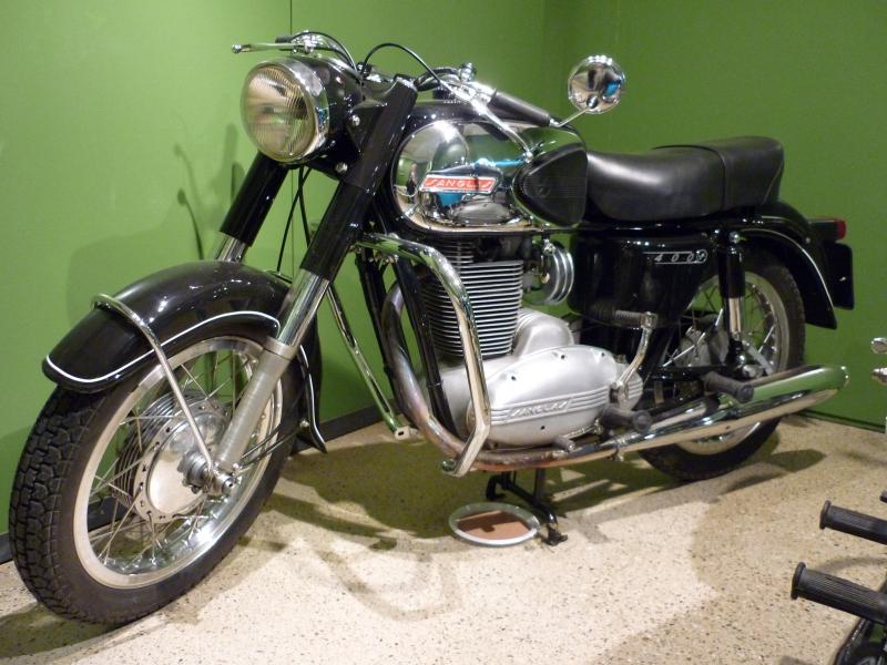 Sanglas fue una marca creada para dar servicio a los Organismos Oficiales y la primera moto de cilindrada alta para los viajes turísticos de largas distancias.