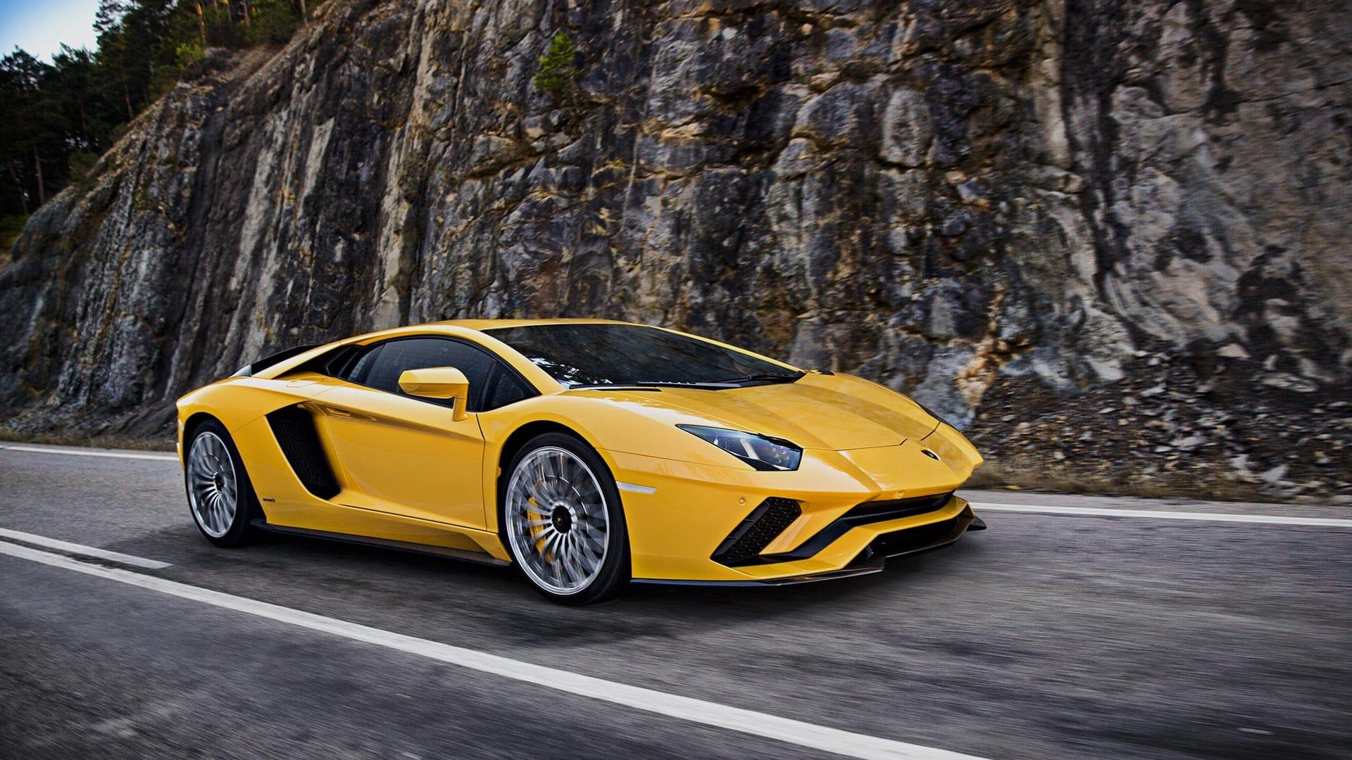 El Lamborghini Aventador S aparece cargado de emoción, prestaciones y comportamiento situando a este deportivo en la cúpula de los mejores deportivos.