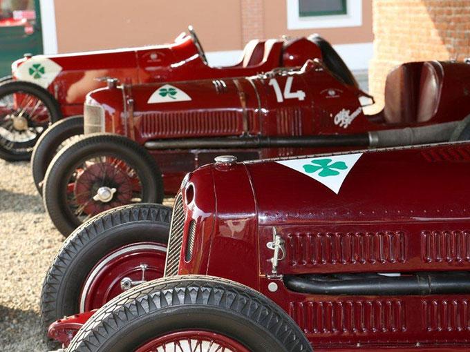 El trébol de cuatro hojas es el símbolo de las versiones más deportivas de Alfa Romeo y da significado a la buena suerte y a la memoria de Ugo Sivocci, piloto de la marca.