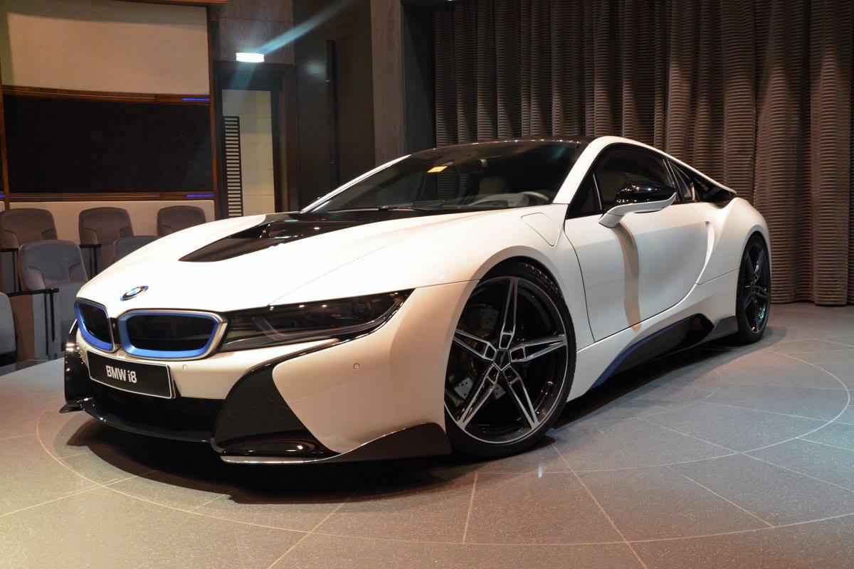 El preparador alemán AC Shnitzer aligera el BMW i8 para hacerlo mas deportivo y ofrecer una mejora en sus prestaciones a base de usar fibra de carbono en su carrocería y componentes aerodinámicos y su llantas muy ligeras y especificas de 21 pulgadas.