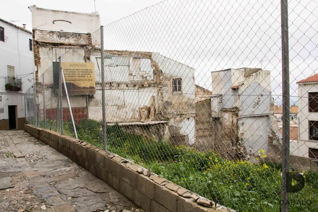 FOTO 1:En esta fotografía se ve un cartel de la Junta de Andalucía, indicando que se han invertido cerca de dos millones en casas de alquiler. Cosa que no parece que exista ya que el solar en cuestión está abandonado.