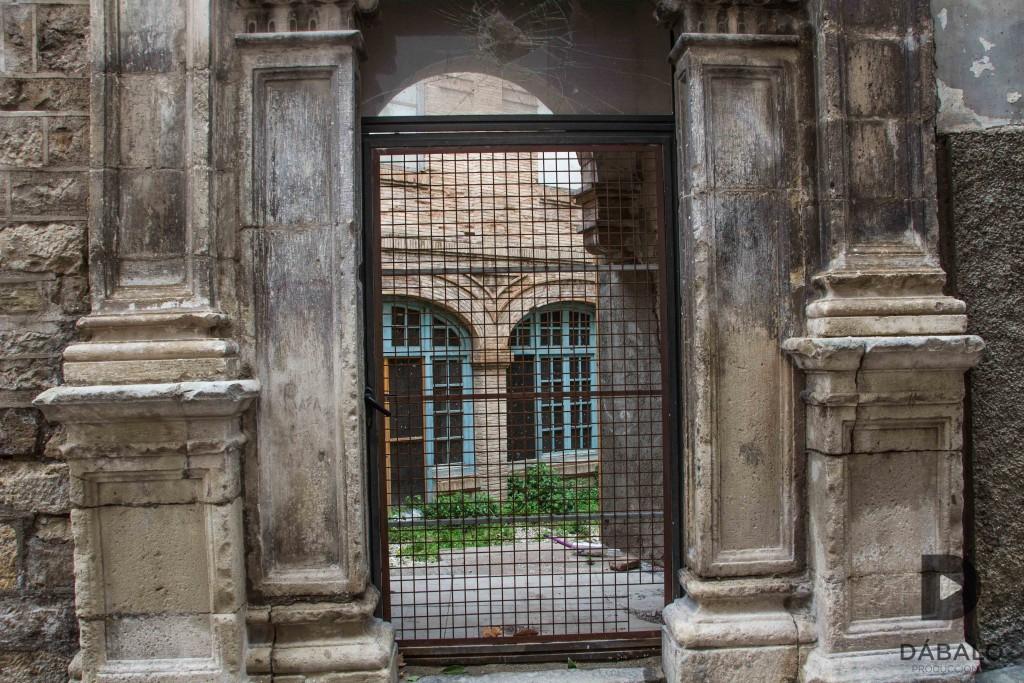 FOTO 13: Puerta secundaria del Convento de San Juan, el interior está fatal, hay signos de vandalismo en la fachada. Otro pedazo de historia que se va.