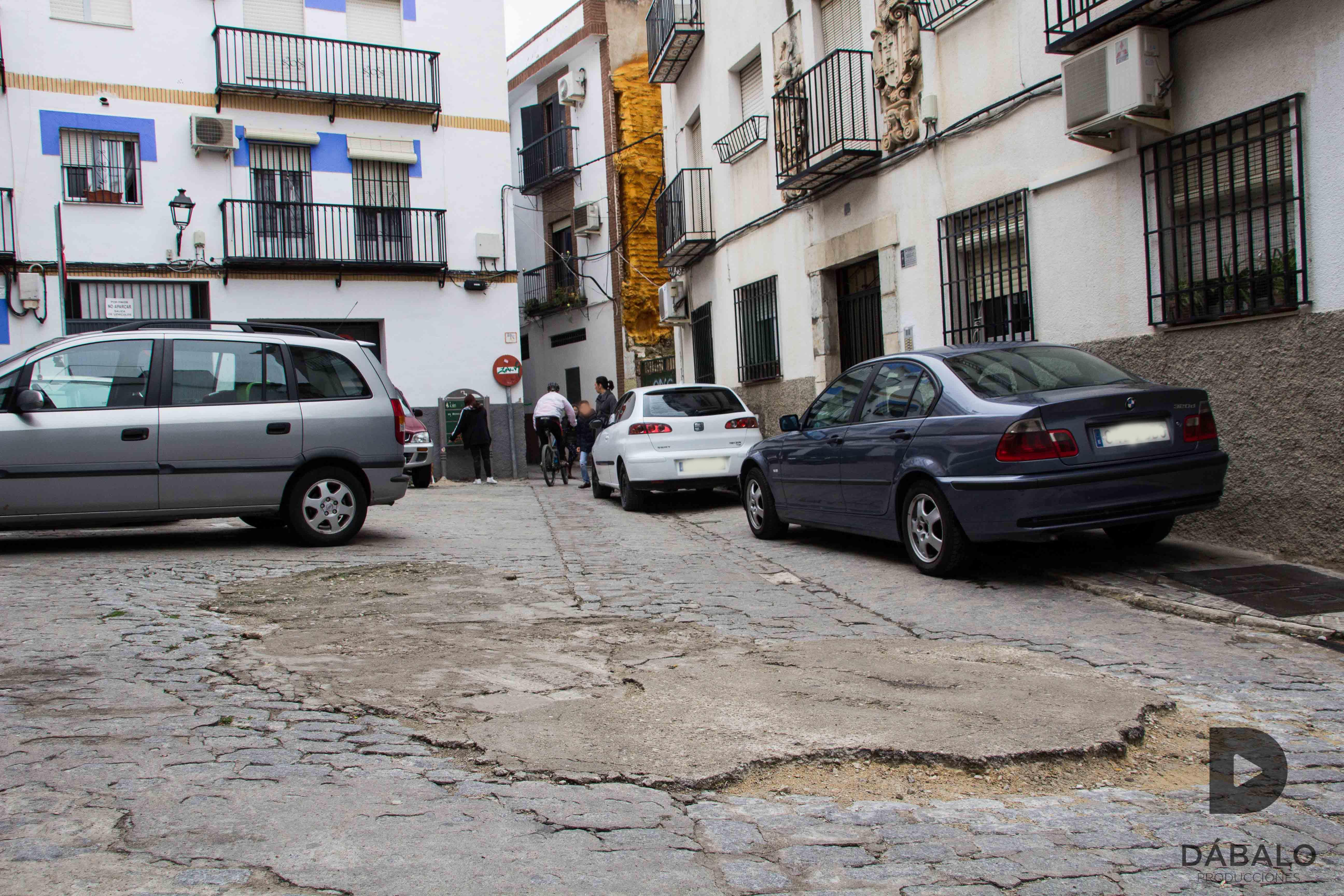 FOTO 14: Pavimento en mal estado en la calle San Bartolomé. También muchos coches mal aparcados.