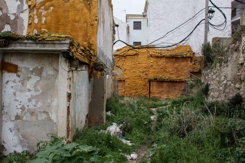 FOTO 15: Pequeña gruta en un solar que comunica dos callejones: Calle Los Macías y calle Santiago. Lleno de basura y comido por la vegetación. Muy cerca del Refugio Antiaéreo. Demuestra la dejadez humana.