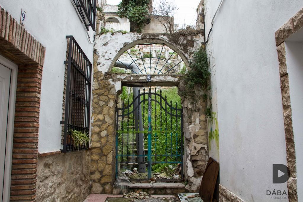 FOTO 4: Puerta de entrada al Carmen de la calle Elvín, un lugar precioso seguro, pero no hoy en día. Está totalmente abandonado y en estado de ruina. Aún conserva un pequeño halo de misterio que tuvo en sus días pasados.