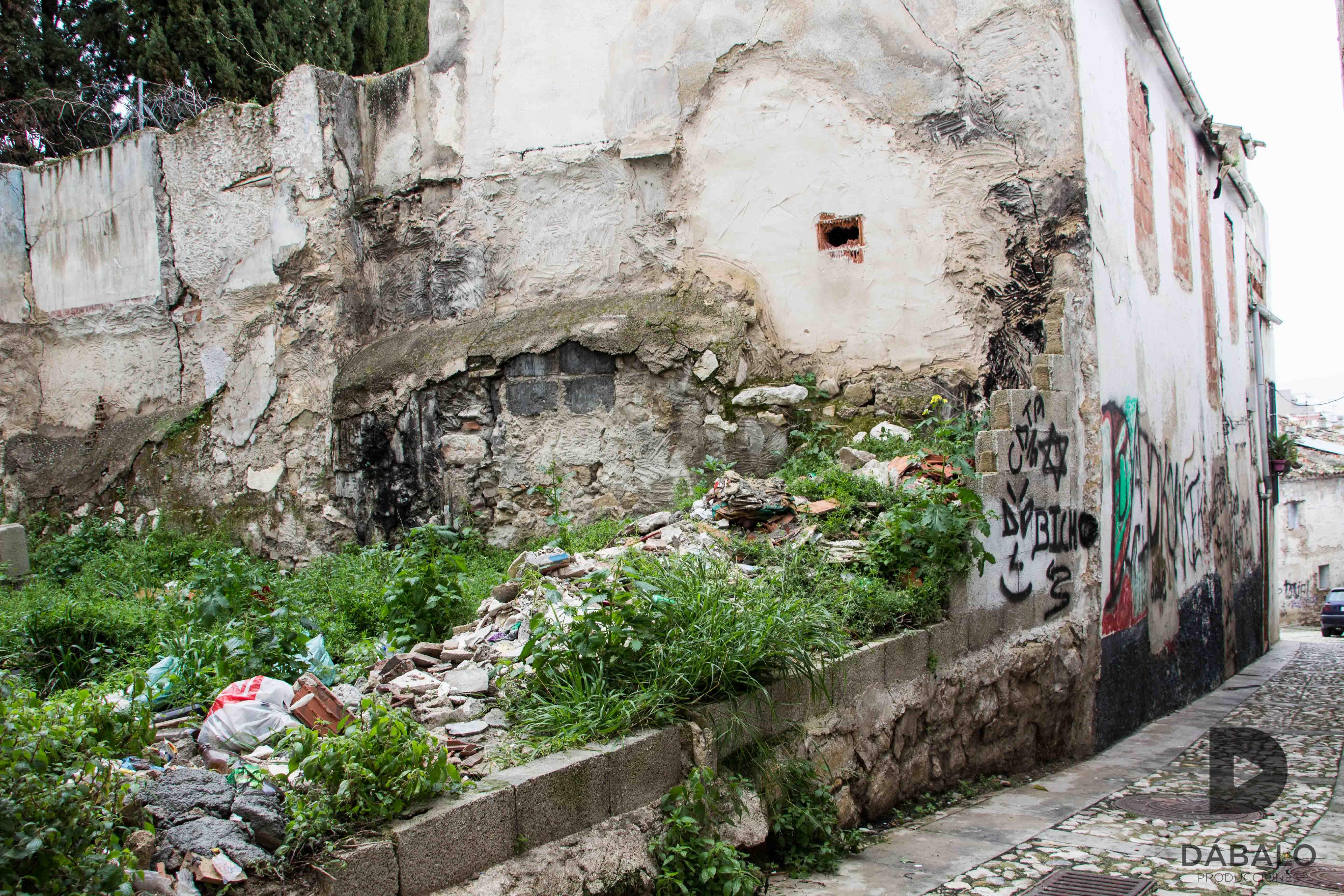 FOTO 5: Otro solar en ruinas con escombros y basura en el barrio de La Magdalena. Calle Santa Cruz, detrás del Monasterio de Santa Clara.