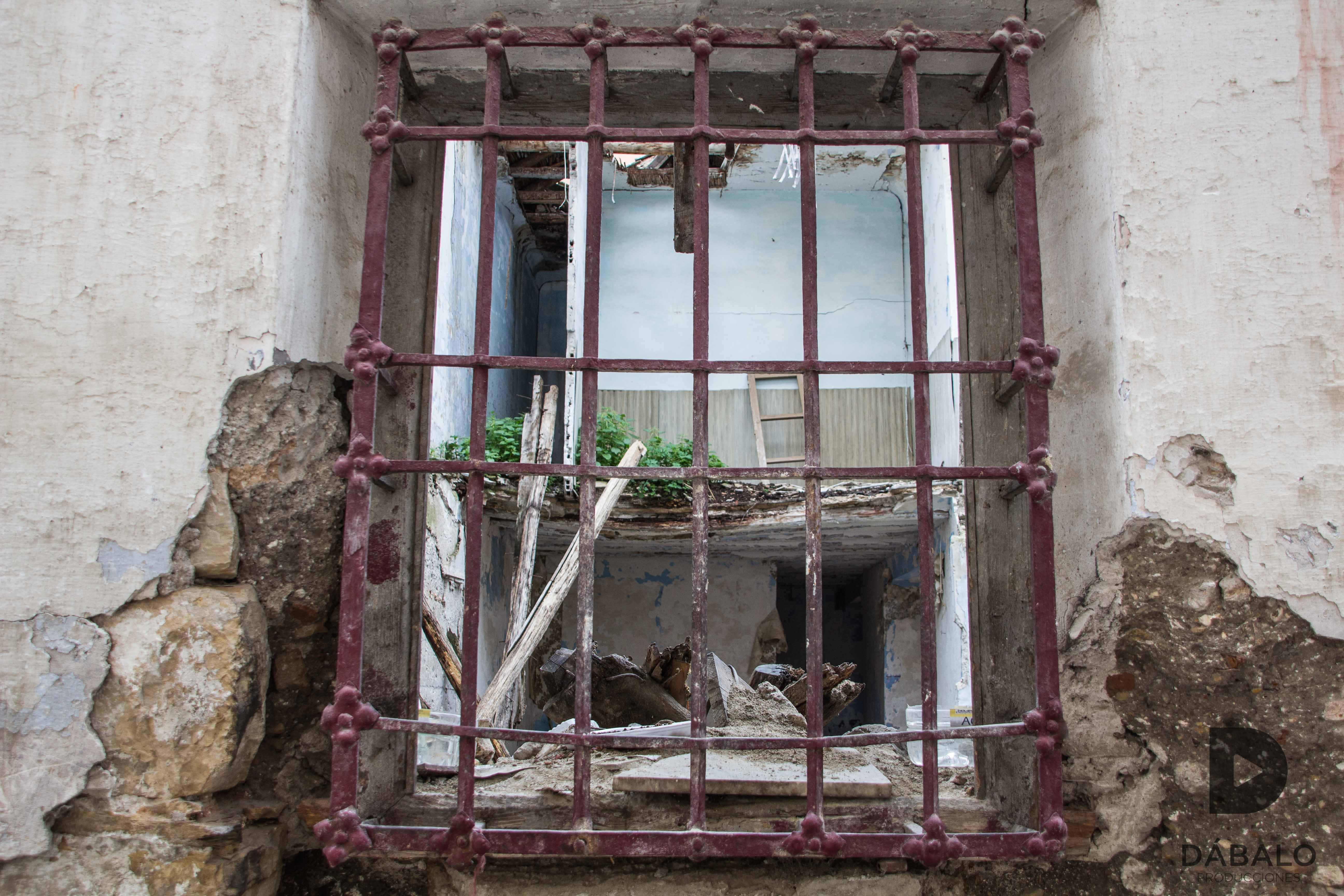 FOTO 7: Fotografía de una ventana de una casa abandonada y en ruina total. Calle Santo Domingo Bajo, muy cerca de los Baños Árabes, zona de la Judería.