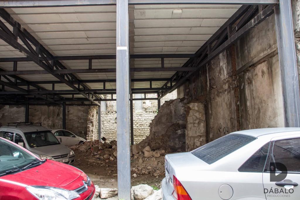 """FOTO 8: Ruinas históricas de la Antigua Iglesia de Santo Domingo que ahora se encuentran debajo de un """"aparcamiento"""" a medio construir, al lado de los Baños Árabes."""
